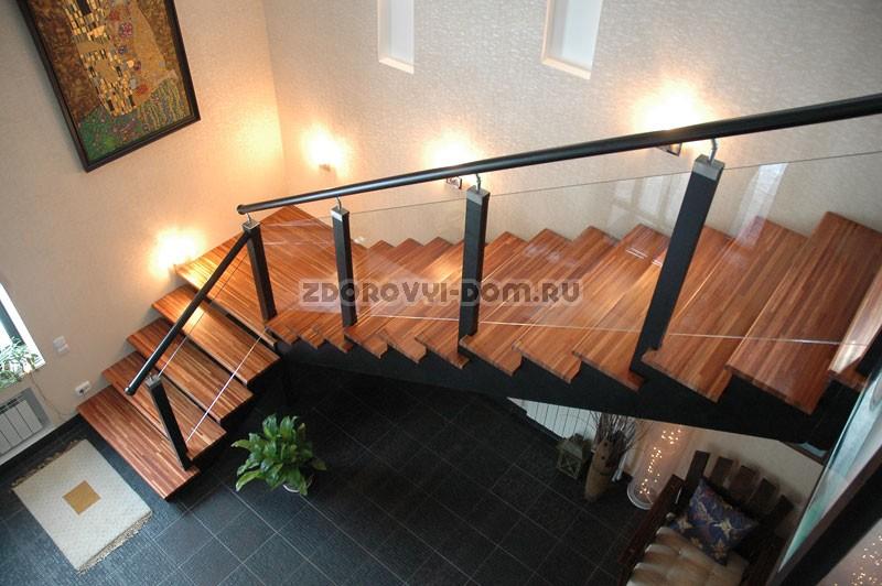 Лестница в загородном доме на второй этаж своими руками